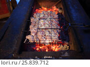 Купить «The pieces of meat and onions on the grill over hot coals, view from above», фото № 25839712, снято 21 февраля 2015 г. (c) Losevsky Pavel / Фотобанк Лори