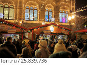 Купить «MOSCOW - JAN 04, 2015: New Years fair near GUM on Red Square in the evening», фото № 25839736, снято 4 января 2015 г. (c) Losevsky Pavel / Фотобанк Лори
