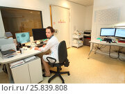 Купить «X-ray technician in control room magnetic resonance imaging sitting at computer», фото № 25839808, снято 31 августа 2015 г. (c) Losevsky Pavel / Фотобанк Лори