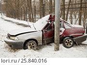 Купить «Damaged car crashing side into lamppost in winter.», фото № 25840016, снято 9 января 2015 г. (c) Losevsky Pavel / Фотобанк Лори