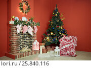 Купить «Interior of room with firtree decorated to christmas holidays, fireplace, red walls», фото № 25840116, снято 9 января 2015 г. (c) Losevsky Pavel / Фотобанк Лори