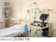 Купить «Empty equipped place in intensive care unit», фото № 25840140, снято 31 августа 2015 г. (c) Losevsky Pavel / Фотобанк Лори