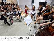 Купить «MOSCOW - SEP 03, 2015: Musicians perform during Michelangelo exhibition in Artplay Design Center», фото № 25840744, снято 3 сентября 2015 г. (c) Losevsky Pavel / Фотобанк Лори