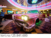 Купить «RUSSIAN, MOSCOW - JAN 18, 2015: Beverly Hills Diner restaurant with pink Cadillac in the middle», фото № 25841600, снято 18 января 2015 г. (c) Losevsky Pavel / Фотобанк Лори