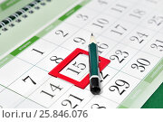 Купить «Карандаш на календаре с закладкой на дате. Детали бизнеса», фото № 25846076, снято 27 марта 2017 г. (c) Наталья Осипова / Фотобанк Лори