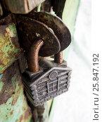 Винтажный замок в виде домика на старых дверях. Стоковое фото, фотограф Вячеслав Палес / Фотобанк Лори