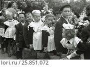 Купить «Vintage Photograph of School Children at the first day of school, Soviet Union, Moscow, 1.09.1960», фото № 25851072, снято 22 ноября 2019 г. (c) Жукова Юлия / Фотобанк Лори