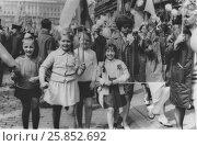 Купить «Счастливые дети на первомайской демонстрации, 1969 год», эксклюзивное фото № 25852692, снято 23 мая 2019 г. (c) Илюхина Наталья / Фотобанк Лори