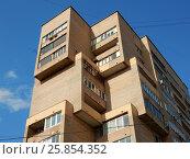 Купить «Двенадцатиэтажный одноподъездный кирпичный жилой дом, построен по индивидуальному проекту в 1979 году. Улица Девятая Рота, 25. Район Преображенское. Москва», эксклюзивное фото № 25854352, снято 17 марта 2017 г. (c) lana1501 / Фотобанк Лори