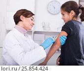 Купить «Doctor makes injection girl», фото № 25854424, снято 25 сентября 2018 г. (c) Яков Филимонов / Фотобанк Лори