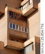 Двенадцатиэтажный одноподъездный кирпичный жилой дом, построен по индивидуальному проекту в 1979 году. Улица Девятая Рота, 25. Район Преображенское. Москва (2017 год). Стоковое фото, фотограф lana1501 / Фотобанк Лори