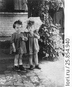 Купить «Счастливые маленькие девочки советского периода на прогулке, 1952 год», эксклюзивное фото № 25854940, снято 14 июля 2020 г. (c) Николай Мухорин / Фотобанк Лори