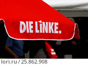 Купить «Das Logo der Partei Die Linke aufgedruckt auf einem Sonnenschirm, Berlin, Deutschland The logo of the party Die Linke printed on a parasol, Berlin, Germany», фото № 25862908, снято 5 июля 2020 г. (c) age Fotostock / Фотобанк Лори