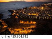 Вечерние огни на побережье в курортной деревне Playa Paraiso и остров Гомера на закате на горизонте. Тенерифе, Канары (2015 год). Стоковое фото, фотограф Кекяляйнен Андрей / Фотобанк Лори