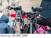Купить «Работа фотографа и видеографа во время празднования Дня народного единства в Волгограде», фото № 25881084, снято 4 ноября 2016 г. (c) Володина Ольга / Фотобанк Лори