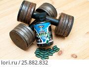 Купить «Гантели и спортивные витамины для мужчин», фото № 25882832, снято 2 апреля 2017 г. (c) Сергей Тагиров / Фотобанк Лори