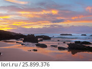 Краски заката на берегу Атлантики. Пляж  Каштележу. Алгарве. Португалия (Algarve; Praia do Castelejo) (2012 год). Стоковое фото, фотограф Виктория Катьянова / Фотобанк Лори