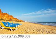 Купить «Португалия. Алгарве. Песчаные пляжи Фалезии (Algarve, Praia da Falesia)», фото № 25909368, снято 25 сентября 2012 г. (c) Виктория Катьянова / Фотобанк Лори