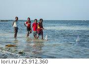 Дети Африки запускают кораблики (2017 год). Редакционное фото, фотограф Ольга Коркина / Фотобанк Лори