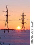 Купить «Высоковольтная линия электропередачи зимой на фоне заката. Ямало-Ненецкий автономный округ», фото № 25912924, снято 4 апреля 2017 г. (c) Григорий Писоцкий / Фотобанк Лори