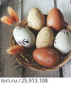 Пасхальные яйца в корзинке на деревянном фоне. Стоковое фото, фотограф Галина Жигалова / Фотобанк Лори