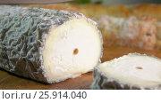Купить «Appetizing crust cut with a knife from goat cheese», видеоролик № 25914040, снято 2 февраля 2017 г. (c) Дебалюк Александр Владимирович / Фотобанк Лори