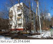 Купить «Пятиэтажный трёхподъездный блочный жилой дом серии 1-510, построен в 1961 году. Никитинская улица, 25, корпус 2. Район Северное Измайлово. Москва», эксклюзивное фото № 25914644, снято 1 апреля 2017 г. (c) lana1501 / Фотобанк Лори