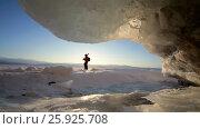 Купить «Путешественник идет по льду озера Зимой. Озеро Байкал», видеоролик № 25925708, снято 12 марта 2017 г. (c) Виталий Зверев / Фотобанк Лори
