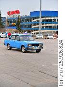 Купить «Автомобиль ВАЗ 2105 едет на фоне магазина Карусель», фото № 25926824, снято 7 апреля 2017 г. (c) Максим Мицун / Фотобанк Лори