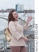 Купить «Портрет девушки на фоне набережной в Тюмени», эксклюзивное фото № 25933424, снято 6 апреля 2017 г. (c) Землянникова Вероника / Фотобанк Лори