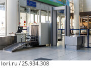 Airport security check point with metal detector. Стоковое фото, фотограф Mikhail Starodubov / Фотобанк Лори
