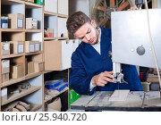 guy using ribbon saw to cut plank at workshop. Стоковое фото, фотограф Яков Филимонов / Фотобанк Лори