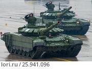 Купить «Тренировка парада в честь Дня Победы на полигоне в Алабине. Танк Т-90», фото № 25941096, снято 7 апреля 2017 г. (c) Алексей Бок / Фотобанк Лори
