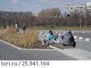 Купить «Семья с ребенком гуляет в городском парке. Москва, парк Садовники», эксклюзивное фото № 25941164, снято 9 апреля 2017 г. (c) Илюхина Наталья / Фотобанк Лори