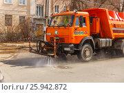 Купить «Весенняя мойка дороги», фото № 25942872, снято 7 апреля 2017 г. (c) Акиньшин Владимир / Фотобанк Лори