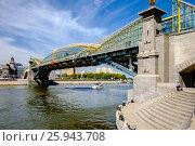 Купить «Москва, пешеходный мост Богдана Хмельницкого», фото № 25943708, снято 15 августа 2018 г. (c) glokaya_kuzdra / Фотобанк Лори