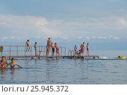 Купание на Исык-куле. Редакционное фото, фотограф Сергей Бойков / Фотобанк Лори