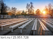Купить «A quiet May evening in Tver and benches near the Traveling Palace in the rays of the setting sun.The inscription behind the fence is a shooting gallery.», фото № 25951728, снято 3 мая 2016 г. (c) Baturina Yuliya / Фотобанк Лори