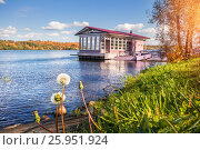 Купить «Joyful autumn landscape on the Volga river in the city of Ples and pink landing stage», фото № 25951924, снято 21 сентября 2012 г. (c) Baturina Yuliya / Фотобанк Лори