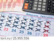 Купить «Электронный калькулятор и купюры пять тысяч рублей лежат на календаре с праздничным днём 23 Февраля», фото № 25955556, снято 11 апреля 2017 г. (c) Максим Мицун / Фотобанк Лори