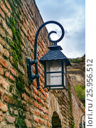 Old street lantern on the wall. Abanotubani district in the Old Town of Tbilisi. Georgia (2016 год). Стоковое фото, фотограф Elena Odareeva / Фотобанк Лори