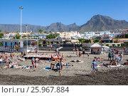 Купить «Заполненный отдыхающими людьми пляж в январе месяце. Плая Фанабе (Playa Fanabe). Коста Адехе, Тенерифе, Канарские острова, Испания», фото № 25967884, снято 31 декабря 2015 г. (c) Кекяляйнен Андрей / Фотобанк Лори