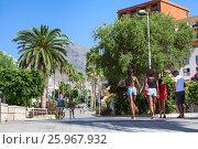 Купить «Пешеходная улица, ведущая в центр города Коста Адехе (Costa Adeje) от пляжа Ла Пинта (La Pinta). Тенерифе, Канары, Испания», фото № 25967932, снято 31 декабря 2015 г. (c) Кекяляйнен Андрей / Фотобанк Лори