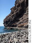 Купить «Гигантские отвесные скалы Los Gigantes и каменный пляж в западной части Тенерифе. Канары, Испания», фото № 25967952, снято 7 января 2016 г. (c) Кекяляйнен Андрей / Фотобанк Лори