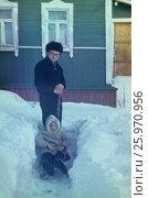 Советские старые фото. 1982-85, Подмосковье. Папа катает на санках девочку, во дворе, счастливое детство. Редакционное фото, фотограф Наталия Преображенская / Фотобанк Лори