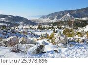Купить «Вид на зимний Байкал в районе поселка Бугульдейка. Куски белого статуарного мрамора на снегу», фото № 25978896, снято 3 апреля 2020 г. (c) Овчинникова Ирина / Фотобанк Лори