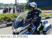 Купить «Инспектор моторизованного подразделения дорожно-патрульной службы полиции контролирует дорогу.», фото № 25978992, снято 14 мая 2016 г. (c) Free Wind / Фотобанк Лори