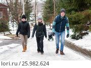 Купить «Молодые люди идут по зимней дороге», эксклюзивное фото № 25982624, снято 24 февраля 2017 г. (c) Игорь Низов / Фотобанк Лори