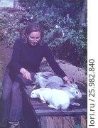 Советские старые фото. 1980-е год, Подмосковье. Деревенские жители разводят кроликов. Редакционное фото, фотограф Наталия Преображенская / Фотобанк Лори