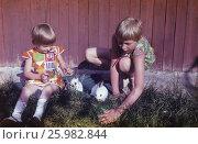 Советские старые фото. 1978 год, подмосковье, Москва, Девочки и кролики на даче, счастливое детство. Редакционное фото, фотограф Наталия Преображенская / Фотобанк Лори